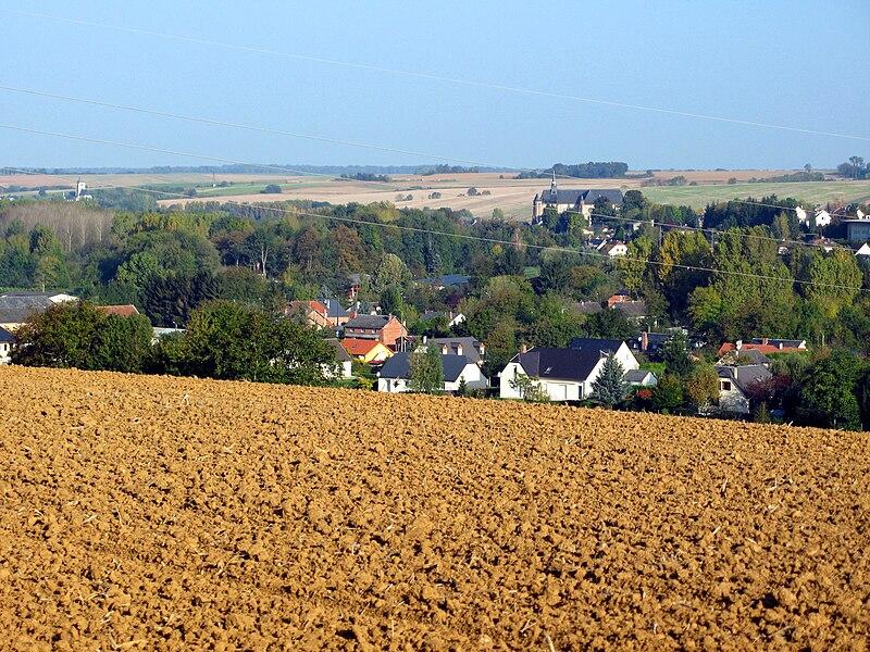"""Chaourse et Montcornet (Aisne, France) -  Les 2 églises fortifiées dans la vallée de la Serre. Vue prise du Sud, depuis la (petite) route reliant la D 966 à Lislet (village au Sud-Est de Montcornet qui en est séparé par la rivière """"Hurtaut"""", affluent de la Serre).   Camera location  49°41′03.65″N, 4°01′07.86″E  View this and other nearby images on: OpenStreetMap - Google Earth    49.684346;    4.018850"""