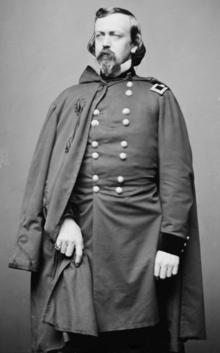 черно-белое изображение в полный рост генерала Стоуна в этой униформе армии Союза с плащом