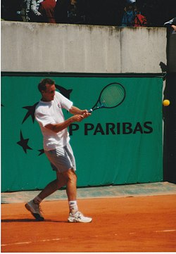 Christian Ruud slår en backhand under French Open 2000.