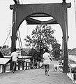 Collectie NMvWereldculturen, TM-20000909, Negatief, 'Voetgangers op een Oudhollandse ophaalbrug in het oude stadsdeel Kota', fotograaf Boy Lawson, 1971.jpg