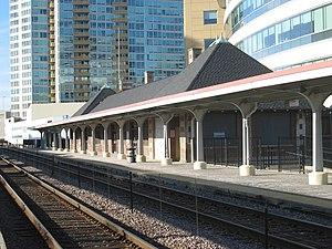 Evanston Davis Street station - Image: Davis Metra 060319