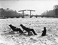 De eerste lentebode. Twee dames nemen een zonnebad in het midden van een bevrore, Bestanddeelnr 902-0522.jpg