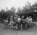 Deelneemsters bij de keukentent bezig met werkzaamheden, Bestanddeelnr 904-0971.jpg