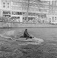 Demonstratie met waterscooter in gracht, Amsterdam, Bestanddeelnr 923-3991.jpg