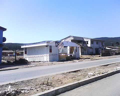 Several houses were destroyed in the town of Bucalemu, almost 40 kilometers from Pichilemu. In this picture, a house located in front of the beach was later thrown in the half of the roadway. Image: Diego Grez.