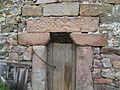 Detalle relieves puerta del Torreón de Tamames.JPG