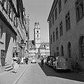 Doorkijkje naar het marktplein met de tweelinghuizen en de toren van de St Joha, Bestanddeelnr 254-4527.jpg