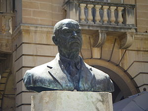 Enrico Mizzi - Bust of Enrico Mizzi in St John's Square, Valletta, sculpted by Vincent Apap in 1964