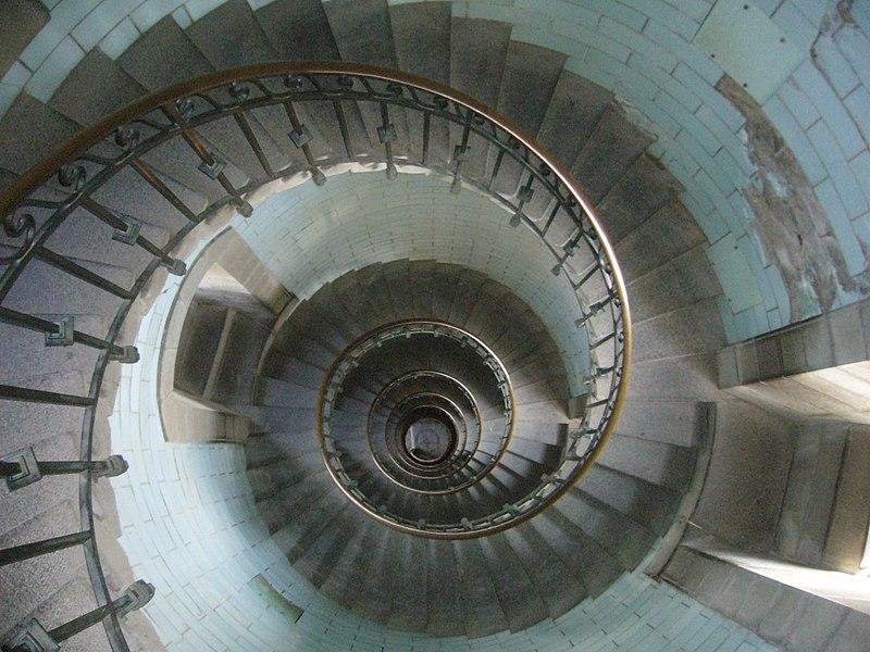 http://upload.wikimedia.org/wikipedia/commons/thumb/f/fc/Escalier_phare_eckmuhl_haut.jpg/800px-Escalier_phare_eckmuhl_haut.jpg
