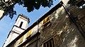 Esgrafiat i església veina del núm 13 del carrer Albareda de Girona.jpg