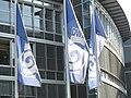 Fahnen des Deutschen Wetterdienstes vor dessen Regionalzentrale in München.JPG