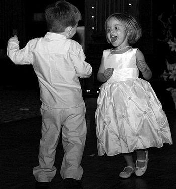 English: Kids dancing