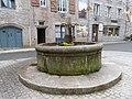 Fontaine sur la place Saint-Jean-de-la-Croix.jpg