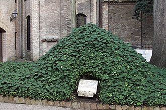 The mound which held the bones from 1944 to 1945. Former tumulus of Dante - Garden of San Francesco - Ravenna 2016.jpg