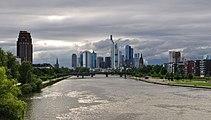 Frankfurt Skyline von Deutschherrnbrücke.JPG