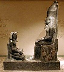 Statua di Horemheb al cospetto di Atum
