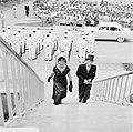 Genodigden op de trappen van het stadhuis in Willemstad., Bestanddeelnr 252-3630.jpg