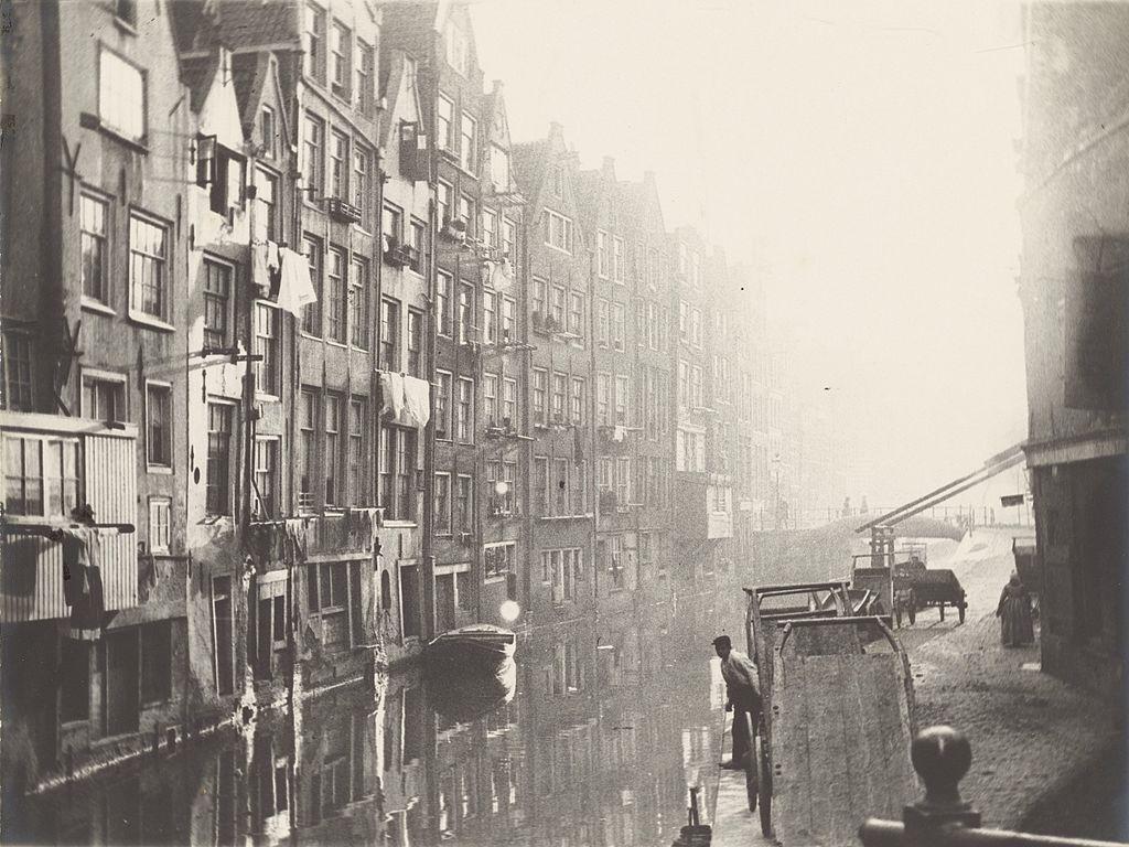 Photo de George Hendrik Breitner du canal d'Oudezijds Achterburgwal dans le vieux Amsterdam.