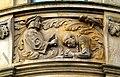 Geschichtsfries am Neuen Rathaus Hannover, Gerichtswesen der Stadt, Richter bricht den Stab über dem Sünder, während der Rabe auf seine Mahlzeit wartet.jpg