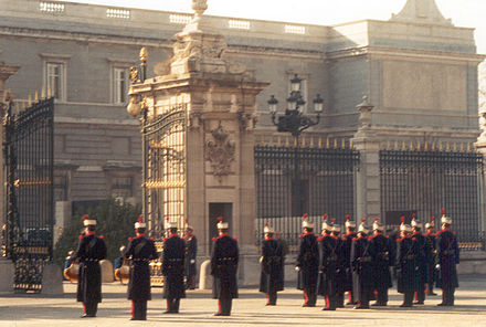 Guard change at the Palacio Real. Guardias reales en 2001.jpg