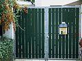 Hoftor grün mit Hausbriefkasten 2011.JPG