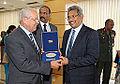 Honras militares ao secretário de Defesa e Desenvolvimento Urbano do Sri Lanka, Gotabaya Rajapaksa. (11969927526).jpg