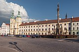 Hradec Králové, Mariánský sloup (Dm248406-429) kostel Nanebevzetí Panny Marie (Dm411456-427) en Nové Adalbertinum (Dm161566-378) IMG 6769 2018-08-05 18.29.jpg