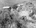 Indianhyddor av sten och soltorkad lera, tak av halm. Kupolbyggnaden är en bakugn - SMVK - 003657.tif
