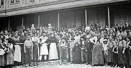 Italian immigrants in the Immigrant Inn, c. 1890. Italians Sao Paulo.jpg