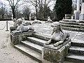 Jardin El Capricho Sfinxs at Plaza de los Emperadores.jpg
