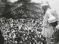 Jawaharlal Nehru speaking to people at Simla, July 1945.jpg