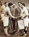 Joseph Desclaux, capitaine de l'équipe de France en 1937, serre la main de celui d'Italie.jpg