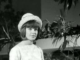 """Bioscoopjournaal uit 1962 over een modeshow van kleding ontworpen door eindexamenleerlingen van een modevakschool te Amsterdam. Ook met beelden van """"de jonge modeontwerper Frank Govers""""."""