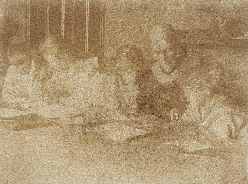 Julia y los niños en las clases 1894.jpg