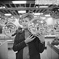 Kerstmis nadert, kerstballen groot en klein te koop in de warenhuizen, Bestanddeelnr 917-2156.jpg