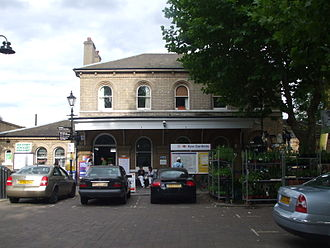 District line - Image: Kew Gardens stn building