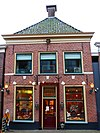 foto van Pand met verdieping onder voor afgeschuind zadeldak (Bakkerij Van der Bijl)