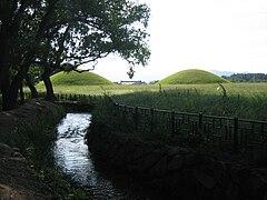 Korea-Gyeongju-Tumuli near Gyerim-01.jpg