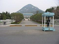 青瓦台の門と警備風景。後方は北岳山