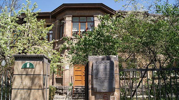 Koryun Hakobyan's plaque, Baghramyan ave.jpg