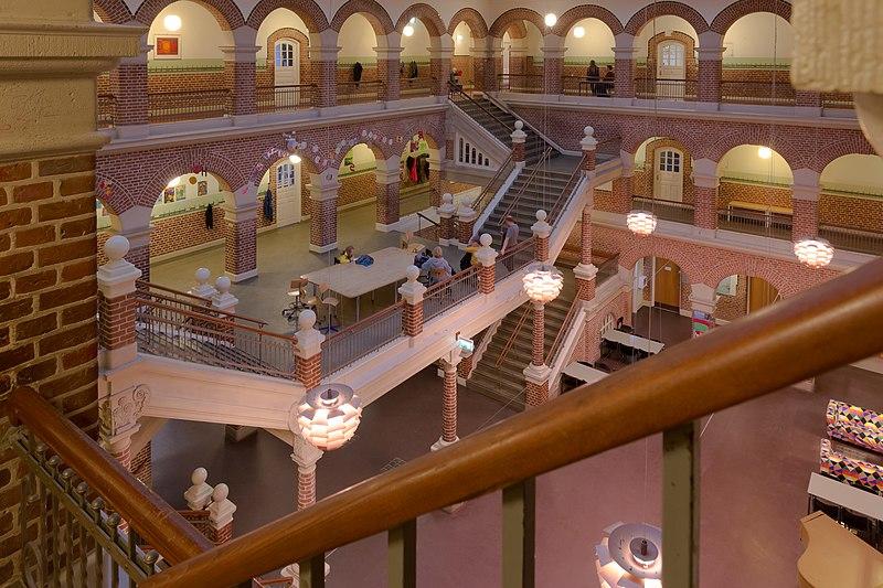 File:Læssøesgades Skole et kig ned i hallen.jpg