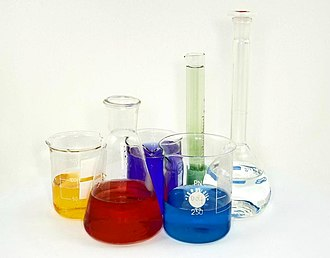 Laboratory glassware - Three beakers, an Erlenmeyer flask, a graduated cylinder and a volumetric flask