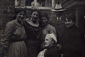 Lady Henry Somerset - 1904 photograph of Lady Henry Somerset (in lace collar) with Hannah Whitall Smith, Mary Berenson, Logan Pearsall Smith, Karin Stephen and Ray Strachey