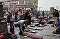 Lhasa-Jokhang-32-Pilger am Eingang-2014-gje.jpg