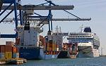 Loading of container ship in Copenhagen.jpg
