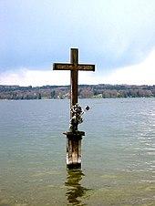 Sterbestelle und Gedenkkreuz im Starnberger See bei Berg (⊙47.96429711.347229) (Quelle: Wikimedia)