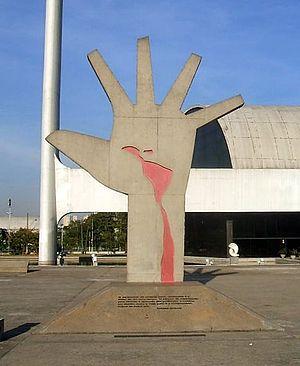 Português: Mão, escultura de Oscar Niemeyer no...