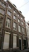 foto van Huis met hoge en brede lijstgevel.