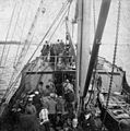 Mannfjöldi stendur á dekki á skipi - Crowd of people standing on a ship deck, 1900-1915 (4681902200).jpg