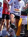 Marathon Paris 2010 Refroidir jambe avec eau minerale.jpg